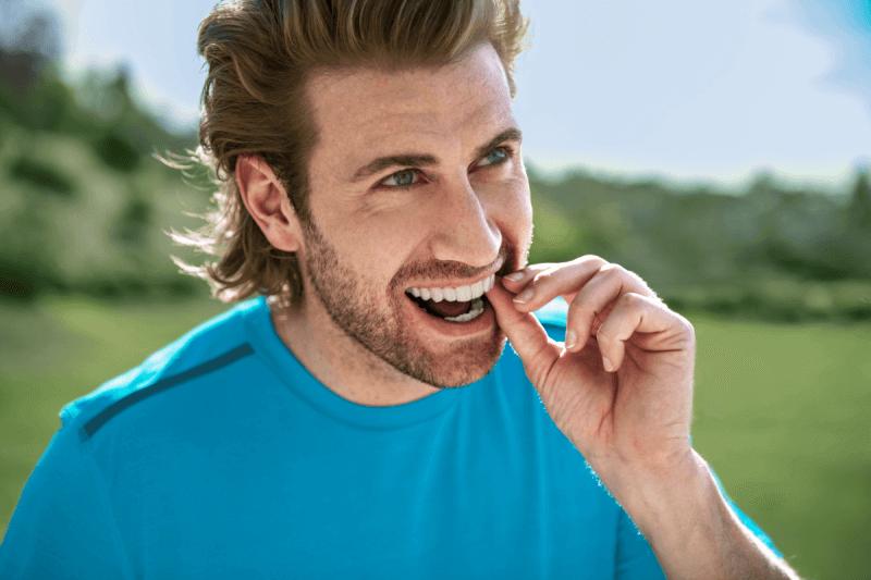 chico joven con ortodoncia invisible Invisalign
