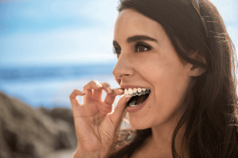 mujer con ortodoncia invisible Invisalign