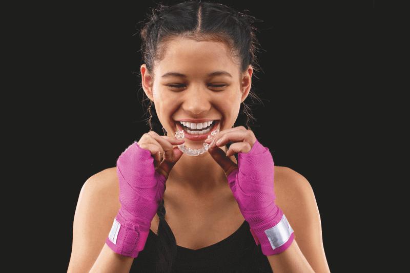 niña con ortodoncia invisible Invisalign
